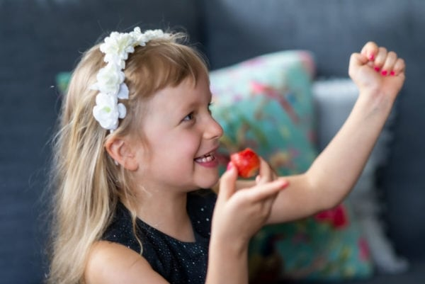 fotograf dzieci łódź sesja dziecięca w domu dziewczynka na sofie z gestem zwycięstwa 04