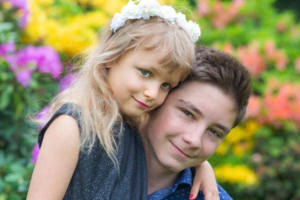fotografia dziecięca łódź sesja w ogrodzie małą dziewczynka przytulona do chłopca 08