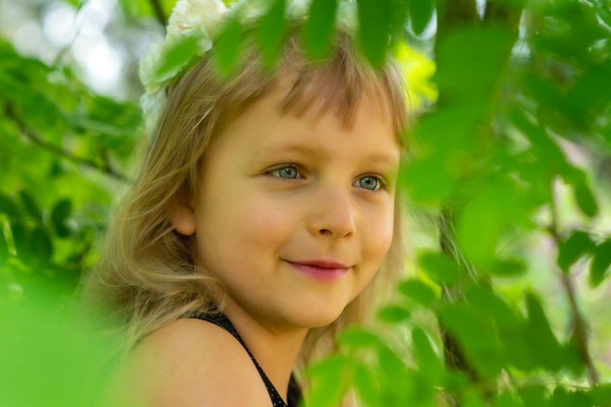 fotograf dzieci łódź sesja dziecięca dziewczynka w koronie drzewa 01