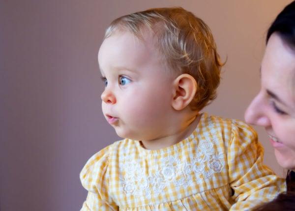 fotograf dziecięcy łódź sesja rodzinna w domu zaptarzona mała dziewczynka z mamą 06