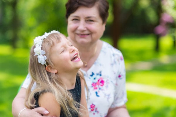 sesja na prezent łódź sesja urodzinowa babcia roześmianą wnuczką 02
