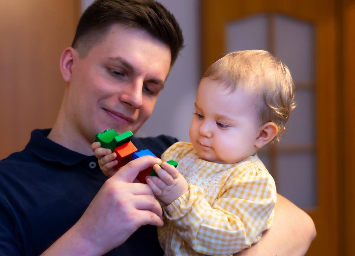 fotograf dzieci sesja rodzinna w domu tata z córką na rękach n02