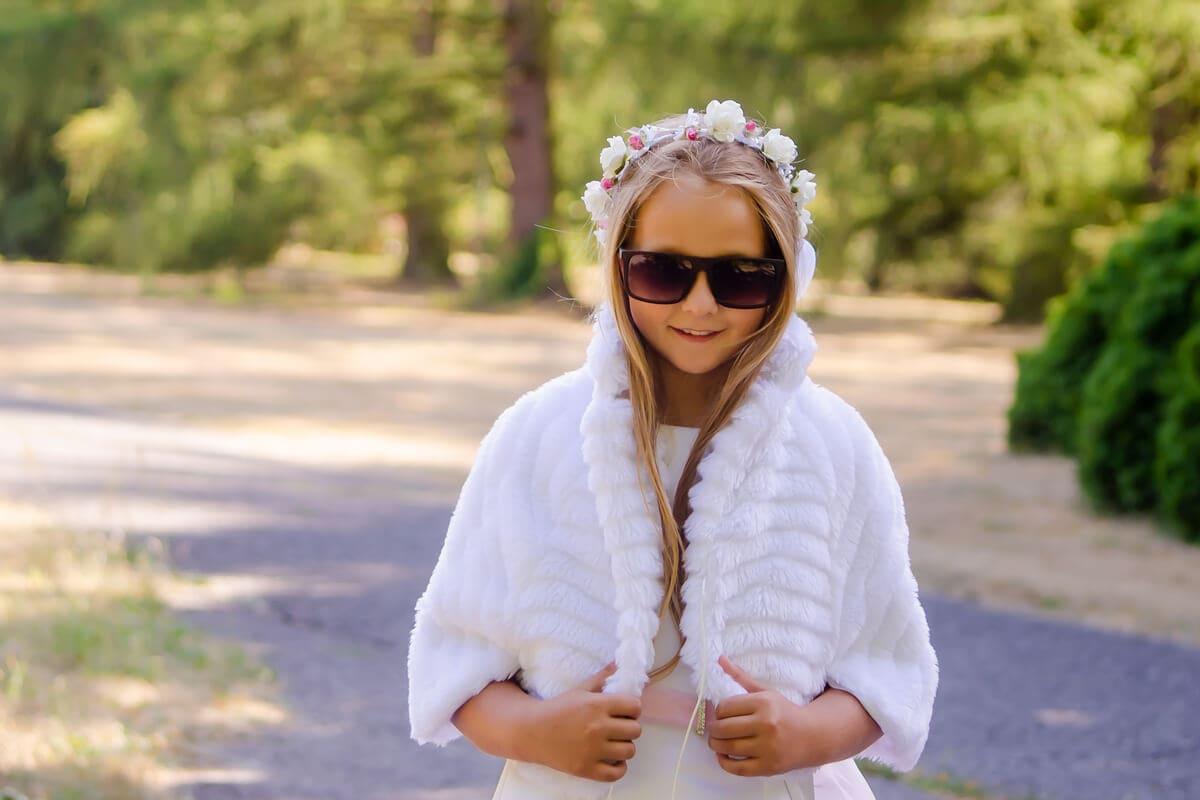 Fotograf komunia Łodź dziewczynka w okularach słonecznych i białym bolerku S18