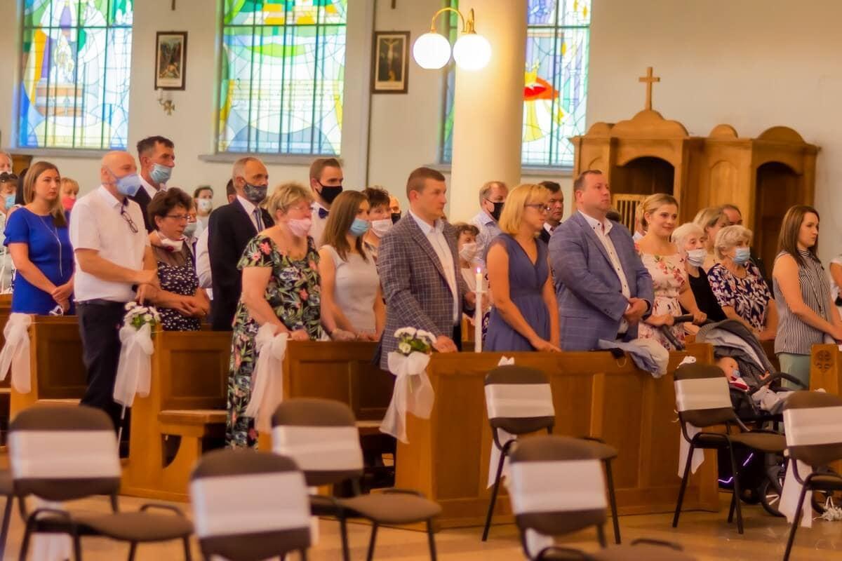 Zdjęcia z chrztu Łódź reportaż z chrztu w kościele ludzie stoją w ławach