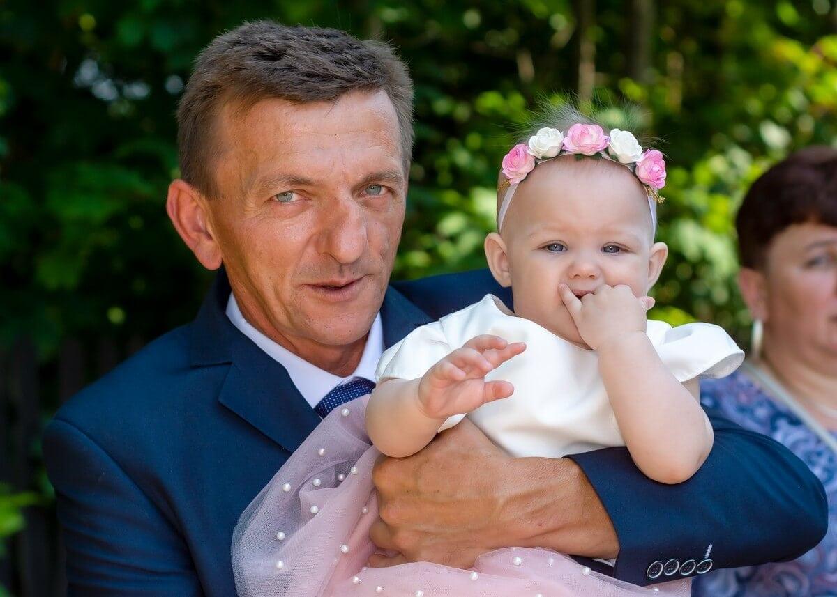 Zdjęcia z chrztu Łódź reportaż z chrztu dziadek z wnuczką na rękach L12