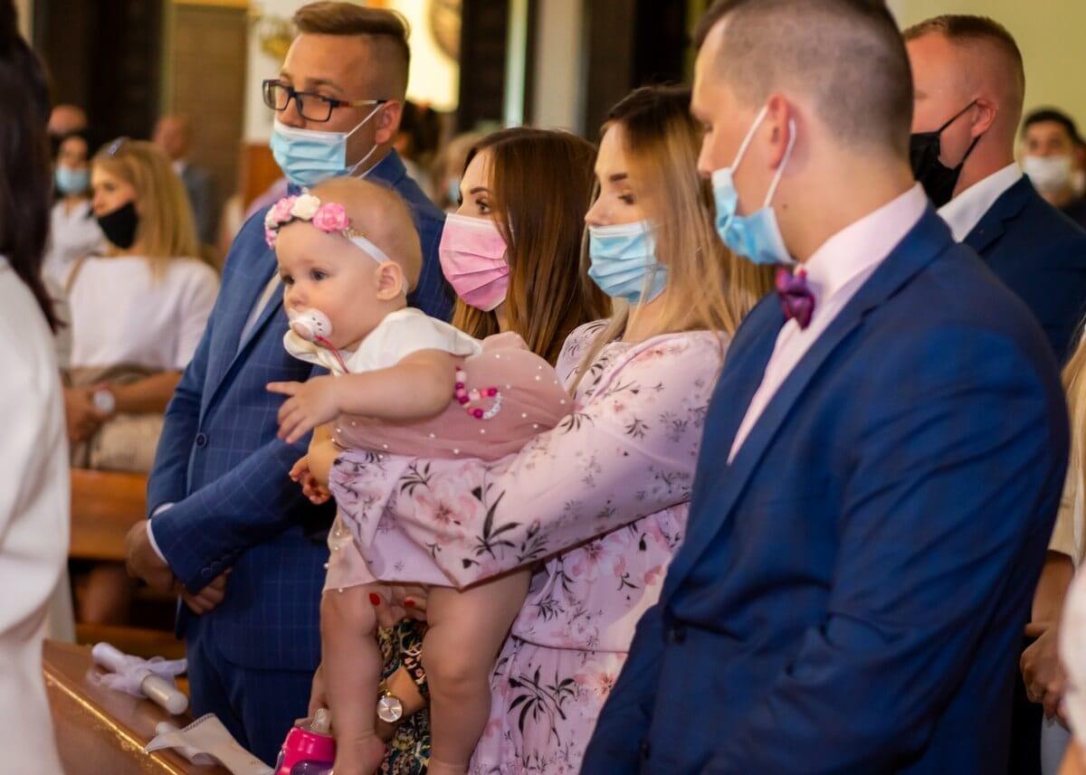 Zdjęcia z chrztu Łódź reportaż z kościoła dziewczynka wyrywa się mamie