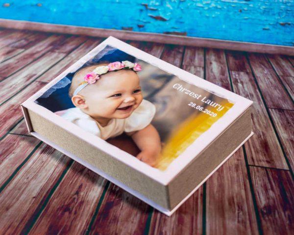 zdjęcia z chrztu łódź pamiątka chrztu świętego eleganckie pudełko na zdjęcia z dziewczynką