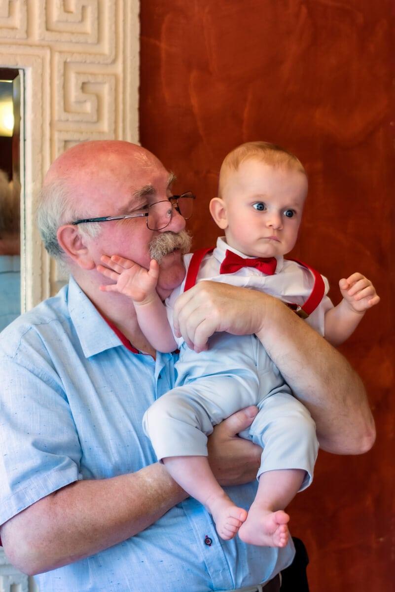 Reportaż z chrztu świętego Łódź dziadek patrzy się na wnuka 13