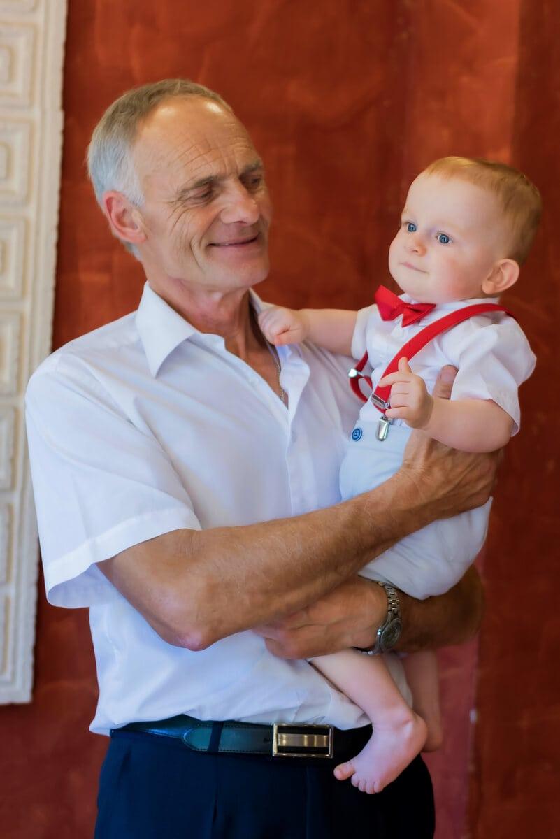 Reportaż z chrztu świętego Łódź dziadek z wnukiem na rękach 14
