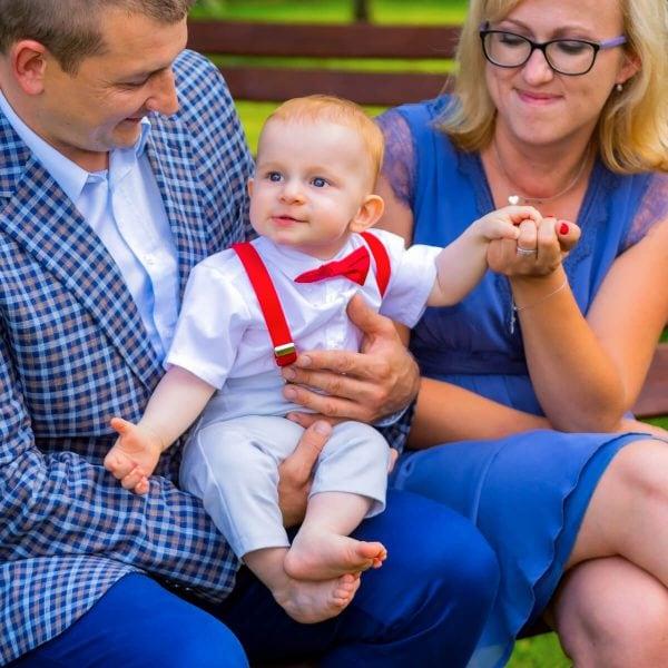 Reportaż z chrztu świętego Łódź umiechnięty chłopiec na kolanach 06_2