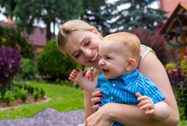 Reportaż z chrztu świętego Łódź mama z chłopcem śmieją się 2