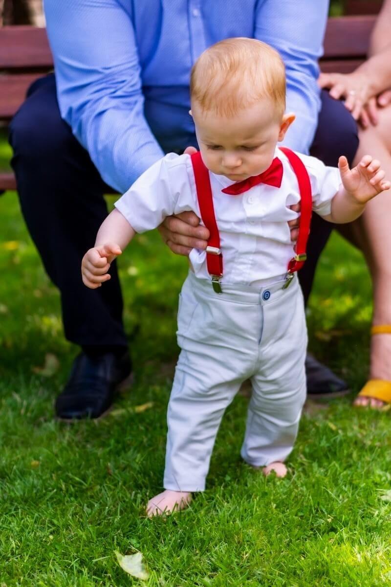 Reportaż z chrztu świętego Łódź chłopiec stoi i patrzy się na liść 6