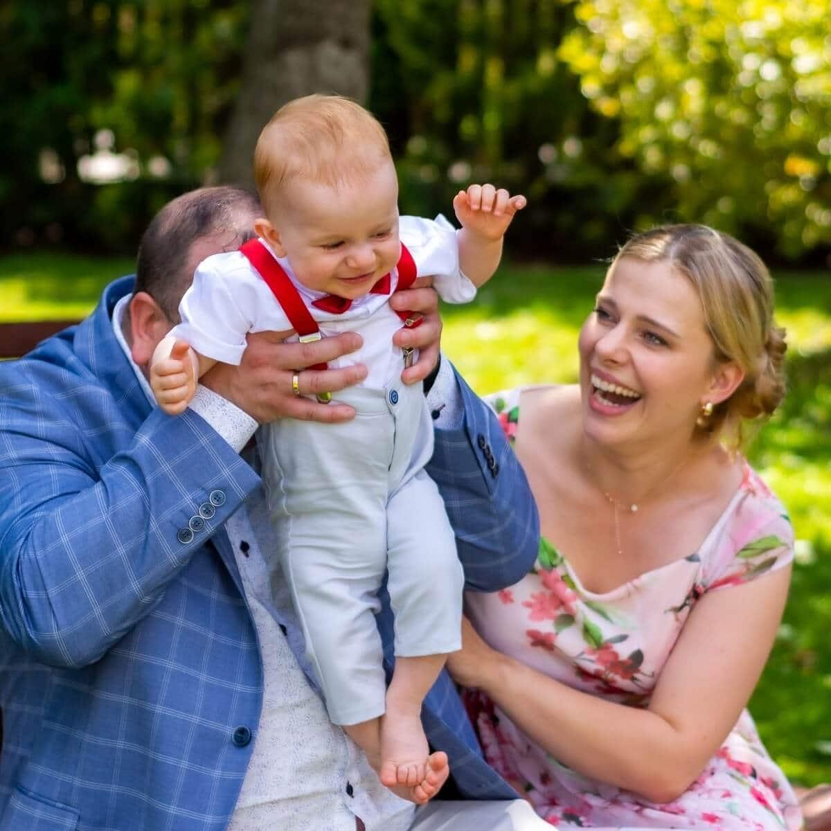 Reportaż z chrztu świętego Łódź rodzice bawią się z synem 7