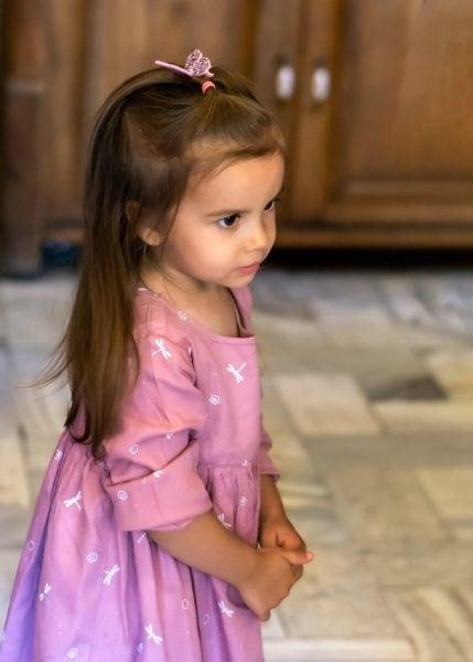 sesja dziecięca łódź reportaż przyjęcie dziewczynka stoi i trzyma się za ręce