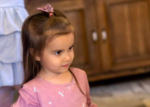 sesja dziecięca łódź reportaż przyjęcie dziewczynka na tle szafy