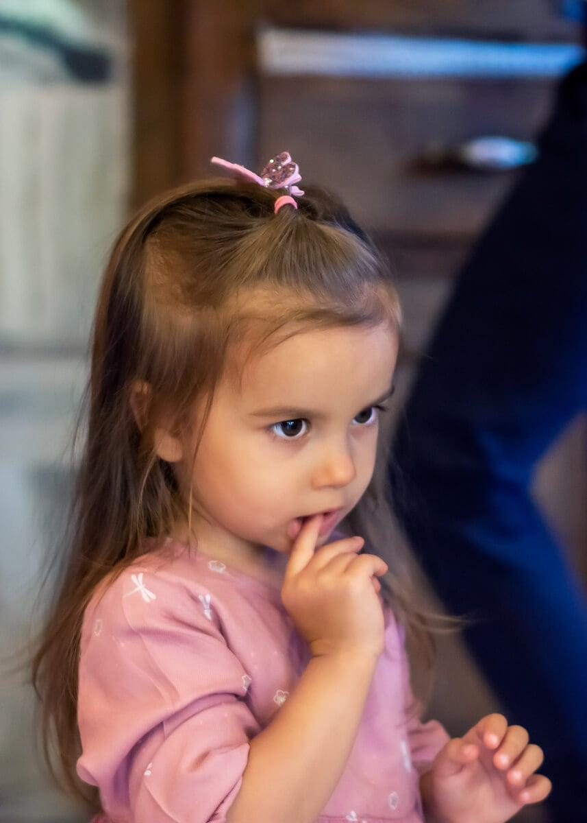 sesja dziecięca łódź reportaż przyjęcie dziewczynka z palcem w ustach