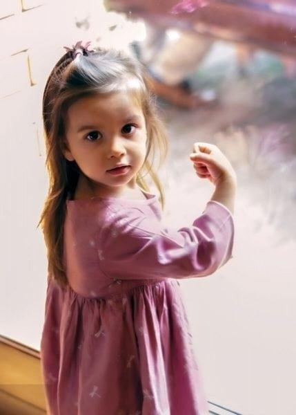 sesja dziecięca łódź reportaż przyjęcie dziewczynka pukająca w szybę szklanych drzwi