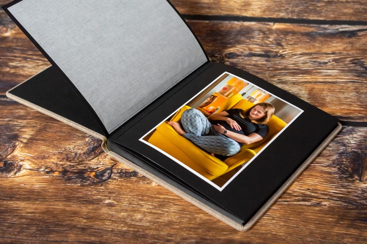 ekskluzywny album tradycyjny z przekładką z pergaminu fotograf łódź zdjęcie kobiety w ciąży