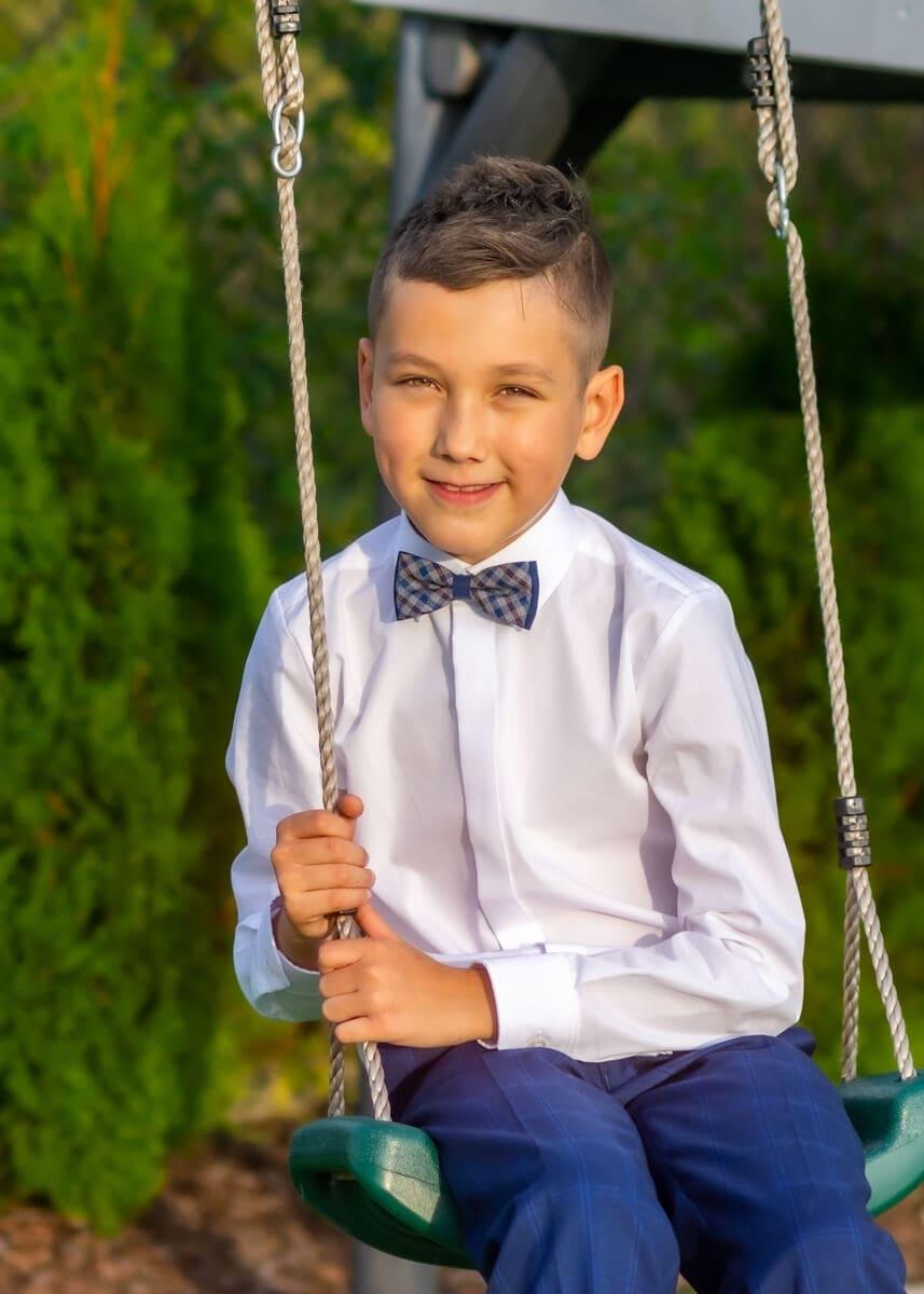 fotografia komunijna chłopiec na huśtawce