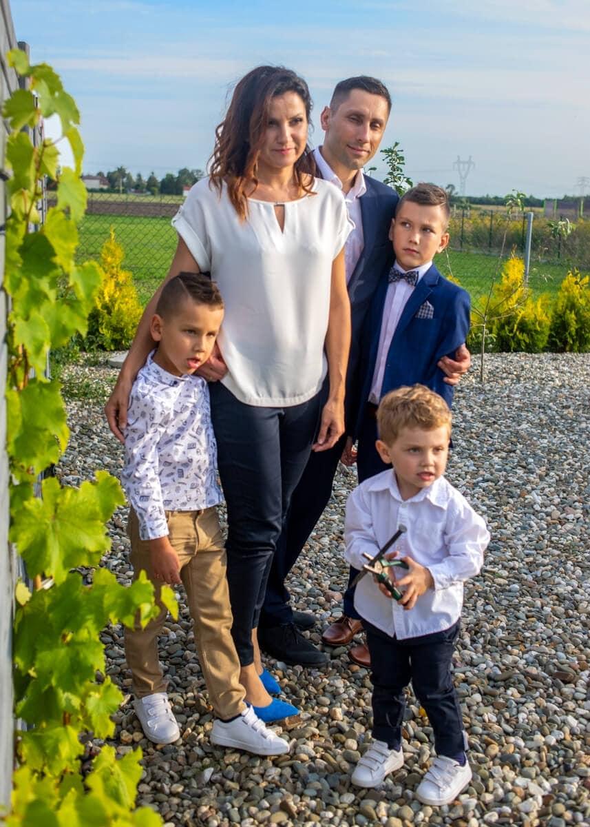 fotografia komunijna łódź lifestyle rodzina stoi przy winogronachh