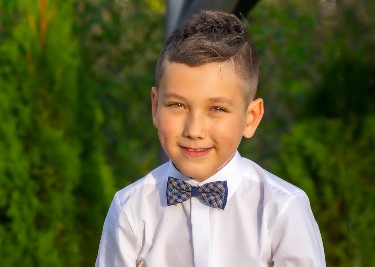 fotografia komunijna łódź lifestyle chłopiec z muszką się uśmiecha PHT6
