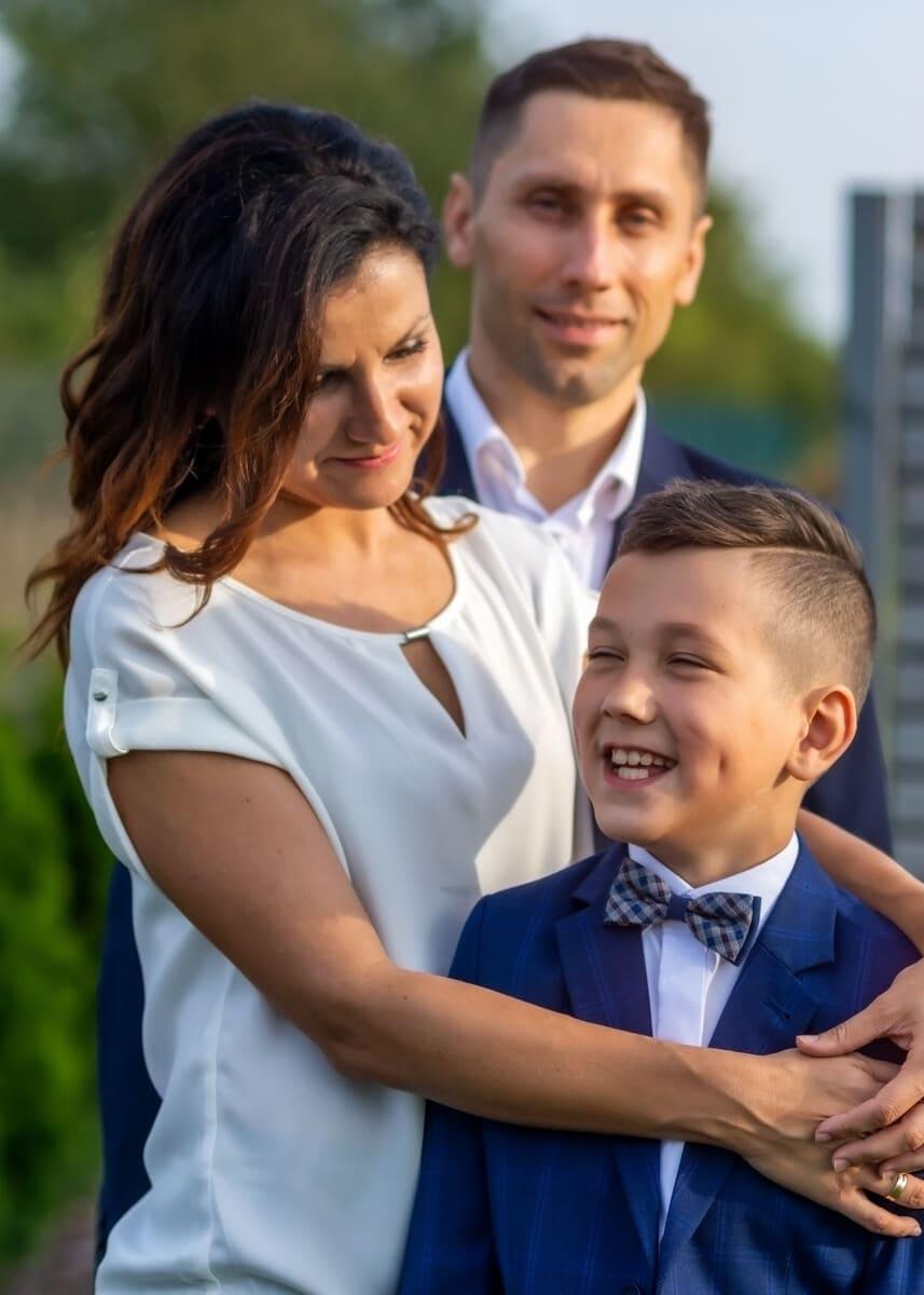 fotografia komunijna łódź lifestyle rodzina mama przytula roześmianego syna PHT 01