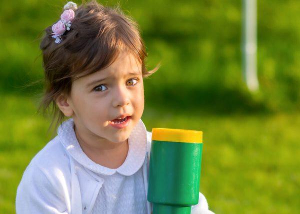 fotografia dziecięca łódź lifestyle dziewczynka z lunetą 1