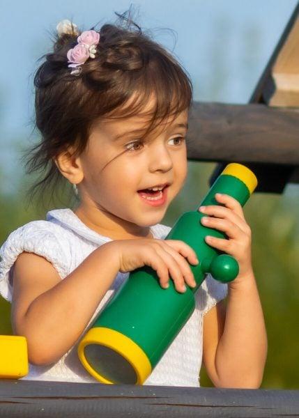 fotografia dziecięca łódź lifestyle dziewczynka z lunetą uśmiecha się M3