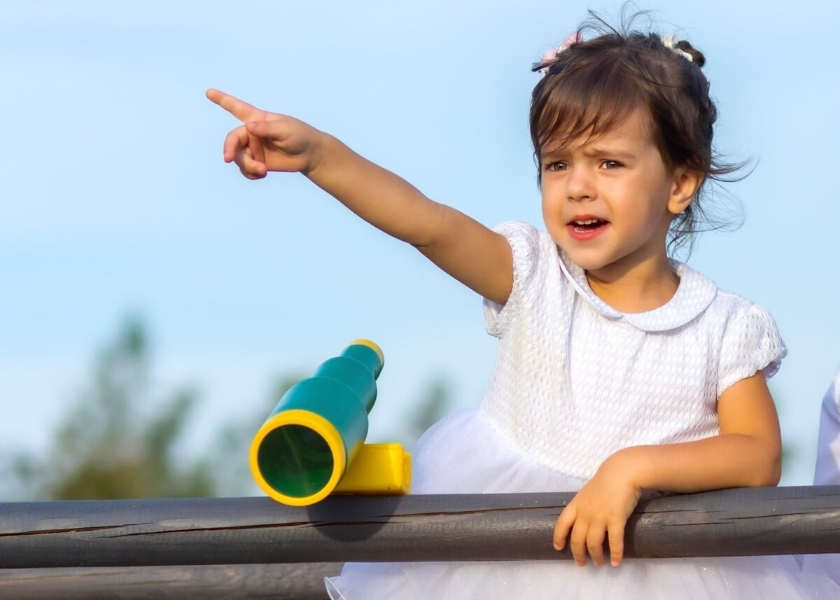 fotografia dziecięca łódź lifestyle dziewczynka pokazuje palcem M4