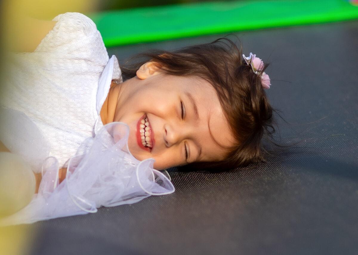 fotografia dziecięca łódź lifestyle dziewczynka na trampolinie