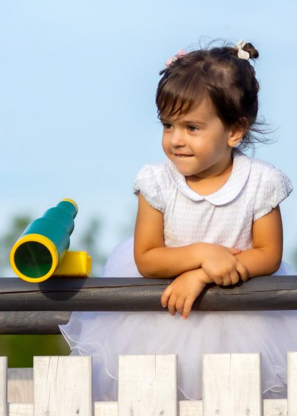 fotografia dziecięca łódź lifestyle dziewczynka opiera się o balustradę M03