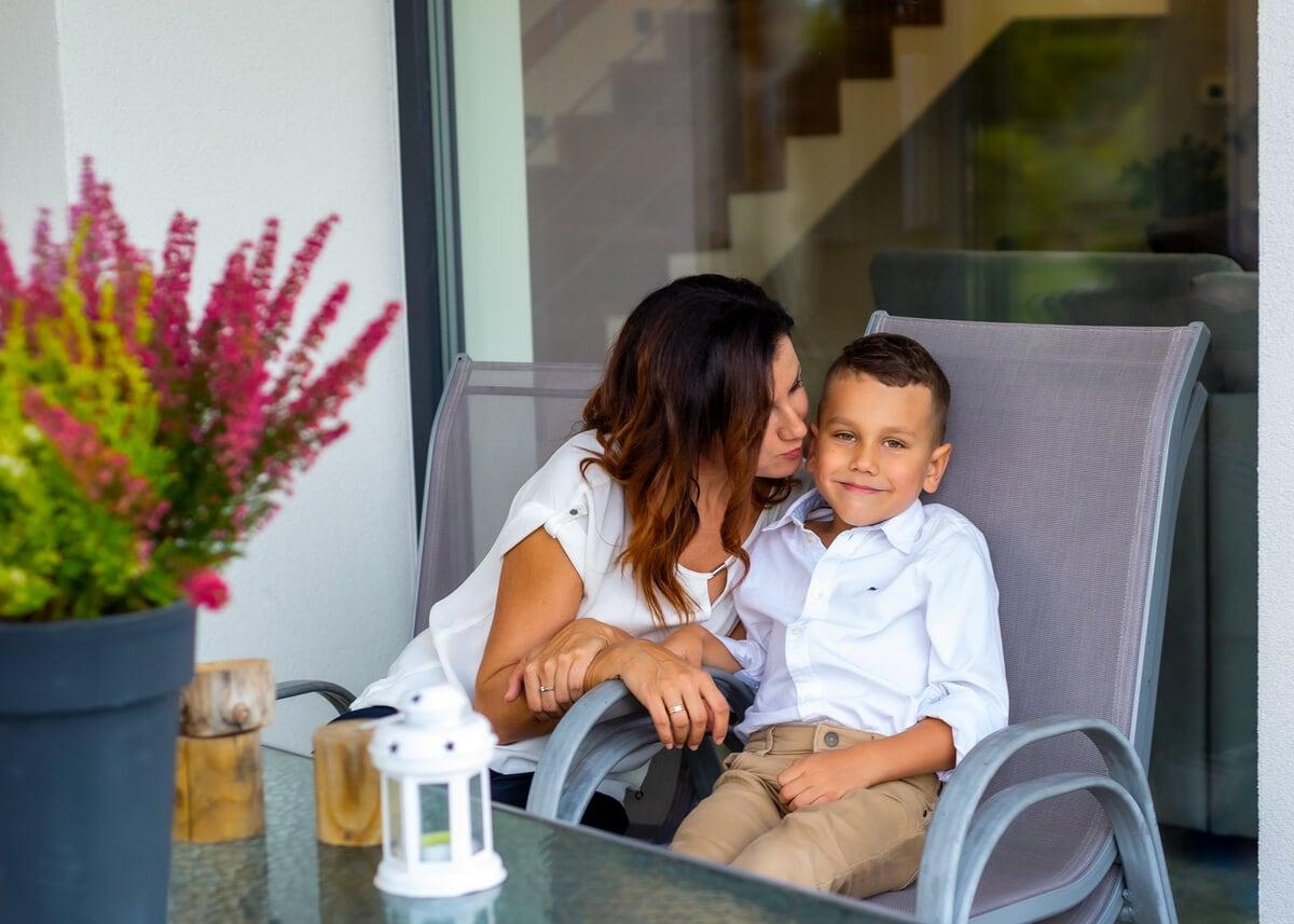 fotografia rozinna łódź lifestyle mama z synem nachyla się do niego H1