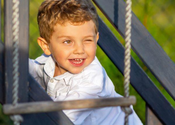 fotografia dziecięca łódź lifestyle chłopiec na drabince puszcza oko T1