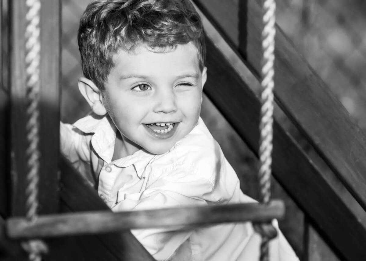 fotografia dziecięca łódź lifestyle chłopiec na drabince puszcza oko czarno-białe T1