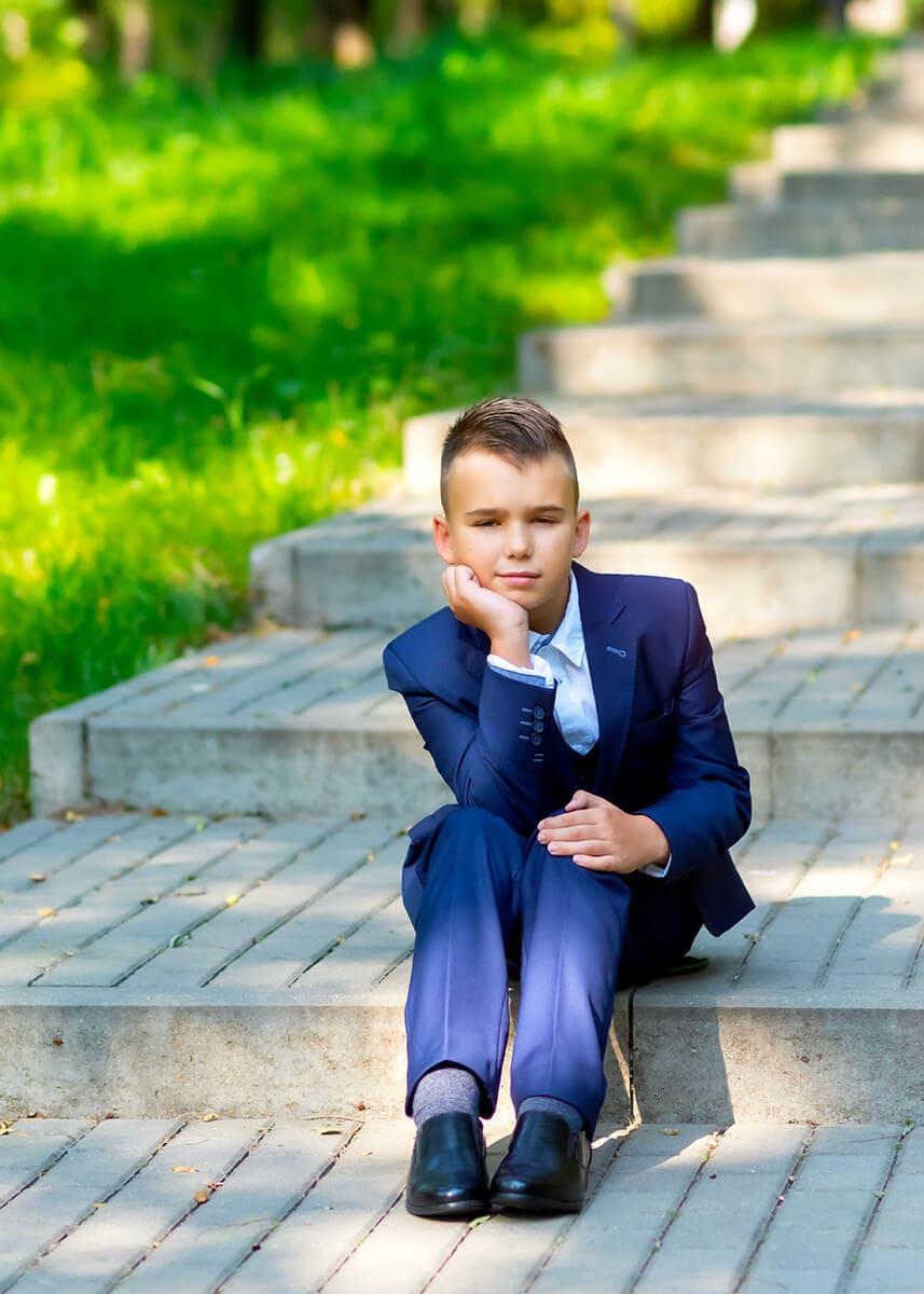 sesja komunijna łódź chłopiec siedzi na schodach I04