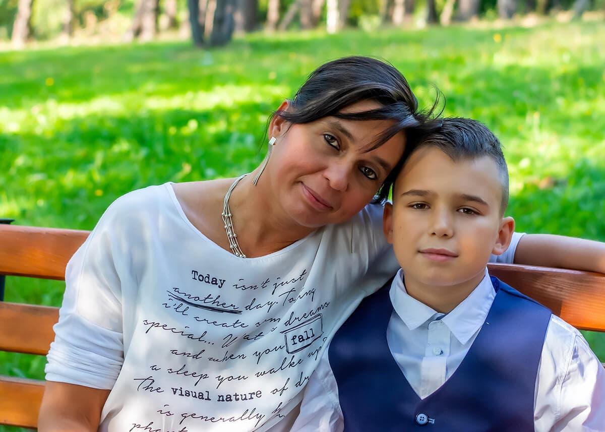 sesja komunijna łódź mama przytula się do syna I 09