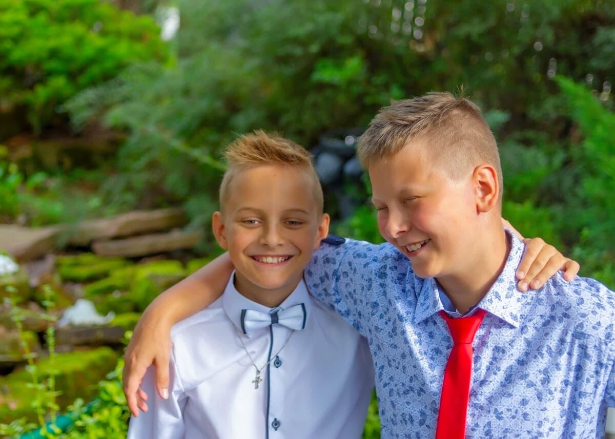 fotografia komunijna łódź plener dwóch chłopców chłopięca przyjaźń Mat 03