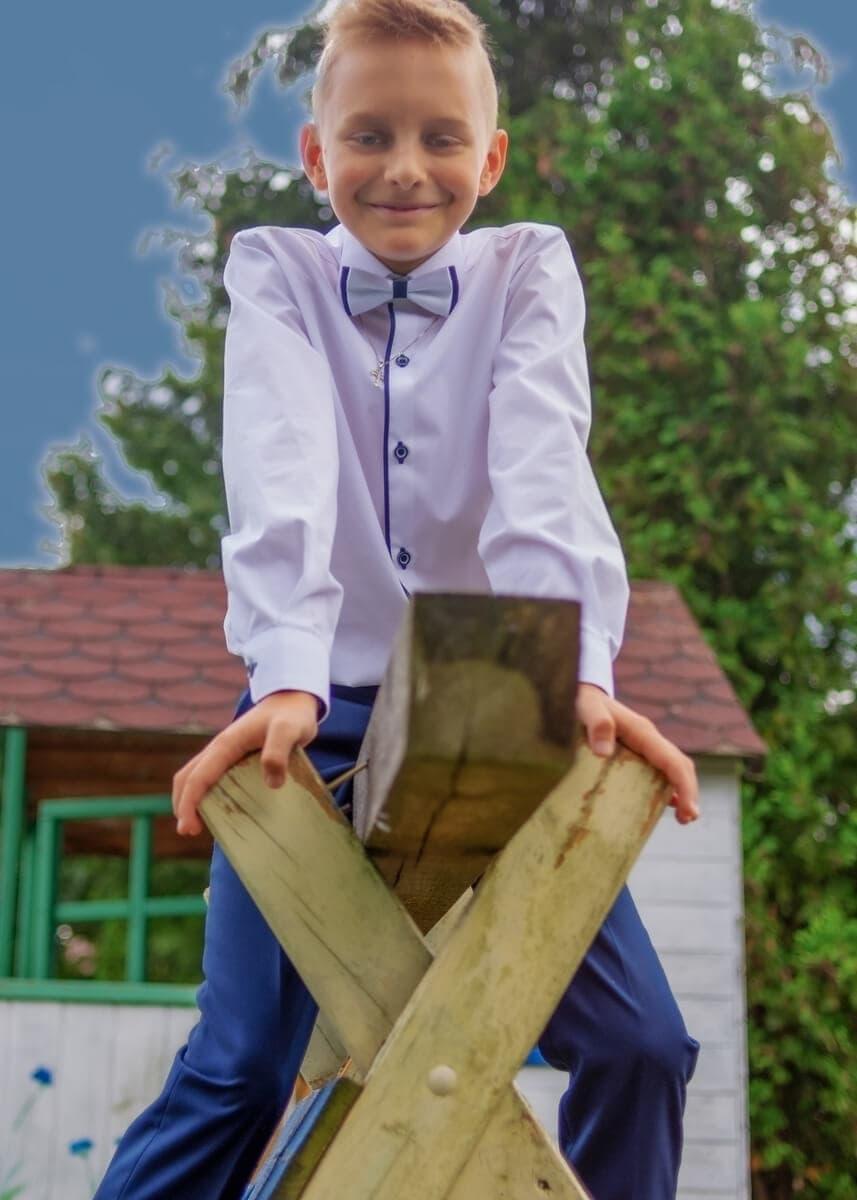 fotografia komunijna łódź plener chłopiec na huśtawce Mat 07