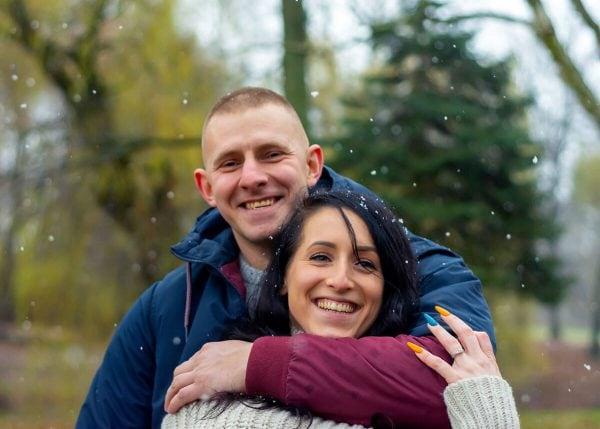 sesja zimowa łódź sesja zakochanych mężczyzna obejmuje kobietę ramieniem i się śmieją