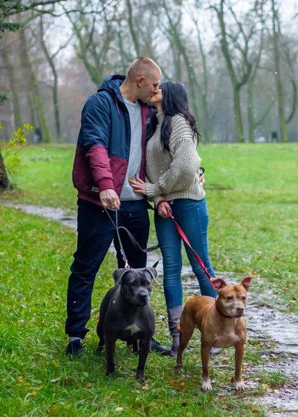 rodzinna sesja zimowa z psami fotograf rodzinny łódź para z psami przytula się i całuje