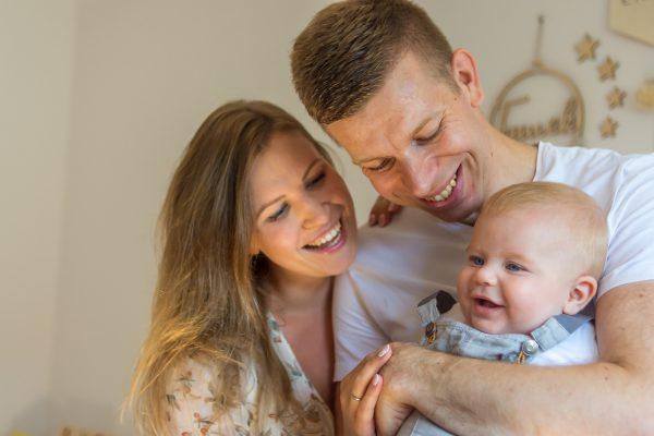 naturalna rodzinna sesja niemowlęca łódź w domu syn na rękach taty mama się śmieje