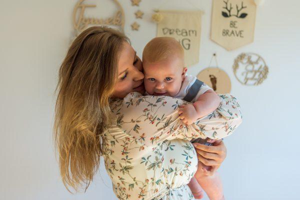 naturalna rodzinna sesja niemowlęca łódź w domu dziecko na rękach mamy patrzy na nas mama przytula syna