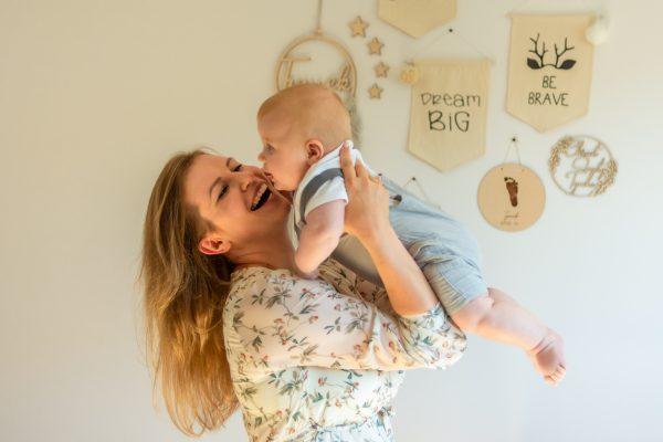 naturalna rodzinna sesja niemowlęca łódź w domu mama podrzuca syna