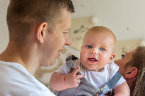 naturalna rodzinna sesja niemowlęca łódź dziecko na rękach rodziców uśmiecha się