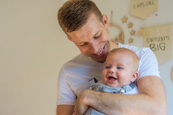 naturalna rodzinna sesja niemowlęca łódź tata z synem się śmieje